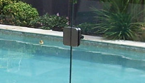 Quincaillerie pour barri re de s curit et portail en for Portillon piscine verre
